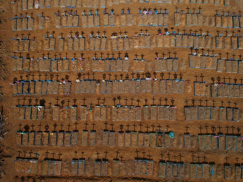 Fotó: A sírokon elhelyezett keresztek árnyékot vetnek a Parque Taruma temetőben, a koronavírus sújtotta Manausban, Brazíliában, 2020. június 15-én. REUTERS / Bruno Kelly