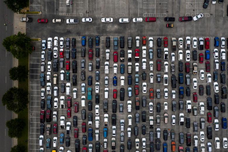 Fotó: A koronavírus-járvány által okozott gazdasági visszaesés által érintett lakosok százai sorakoznak járműveikben, amikor arra várnak, hogy 2020. április 17-én a texasi San Antonio Food Bank-tól élelmiszert kapjanak. REUTERS / Adrees Latif