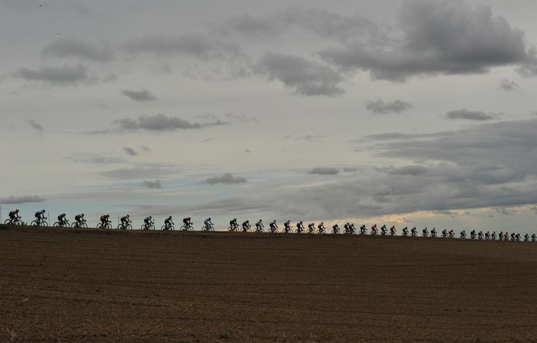 Fotó: A kerékpárosok az UCI országúti világbajnokságon versenyeznek, mely a legendás Autodromo Enzo e Dino Ferrari célegyenesében ért véget, Imola, Olaszország, 2020. szeptember 27. REUTERS / Jennifer Lorenzini
