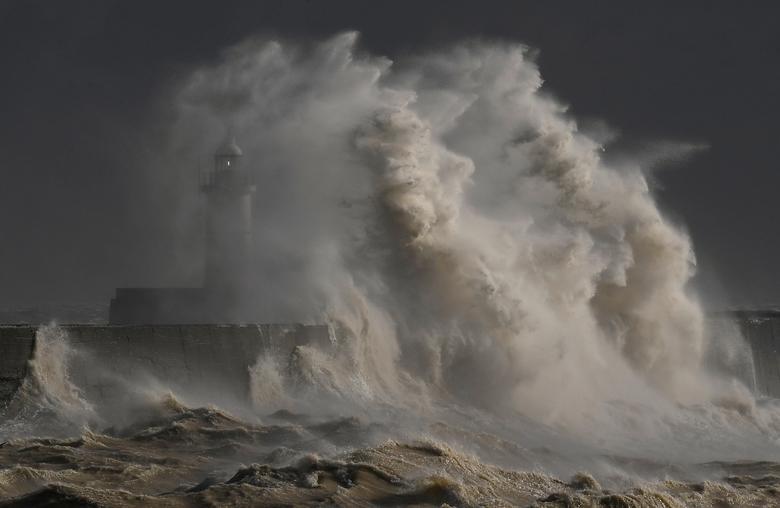 Fotó: Óriási hullámok csapkodják a kikötő falát Newhavenben, Nagy-Britannia, 2020. február 11. REUTERS / Toby Melville