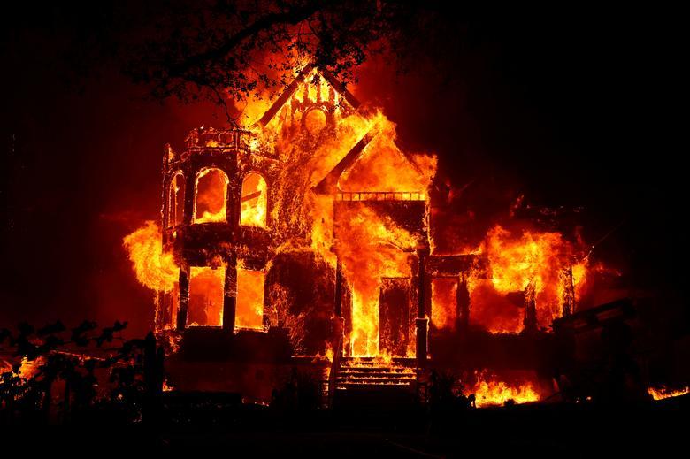 Fotó: A kaliforniai St. Helena-i tűzvész során egy ház teljes lángba borult, 2020. szeptember 27. REUTERS / Stephen Lam