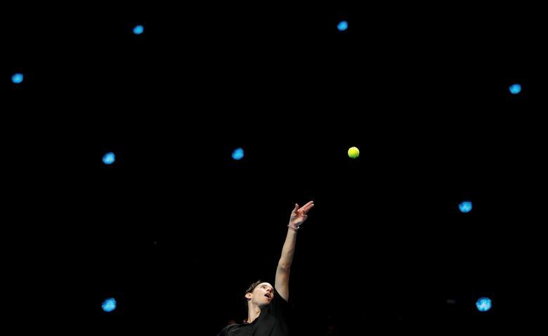 Fotó: Az osztrák Dominic Thiem akcióban a görög Stefanos Tsitsipas elleni teniszmérkőzésen az ATP döntőjén, The O2, London, Nagy-Britannia, 2020. november 15.