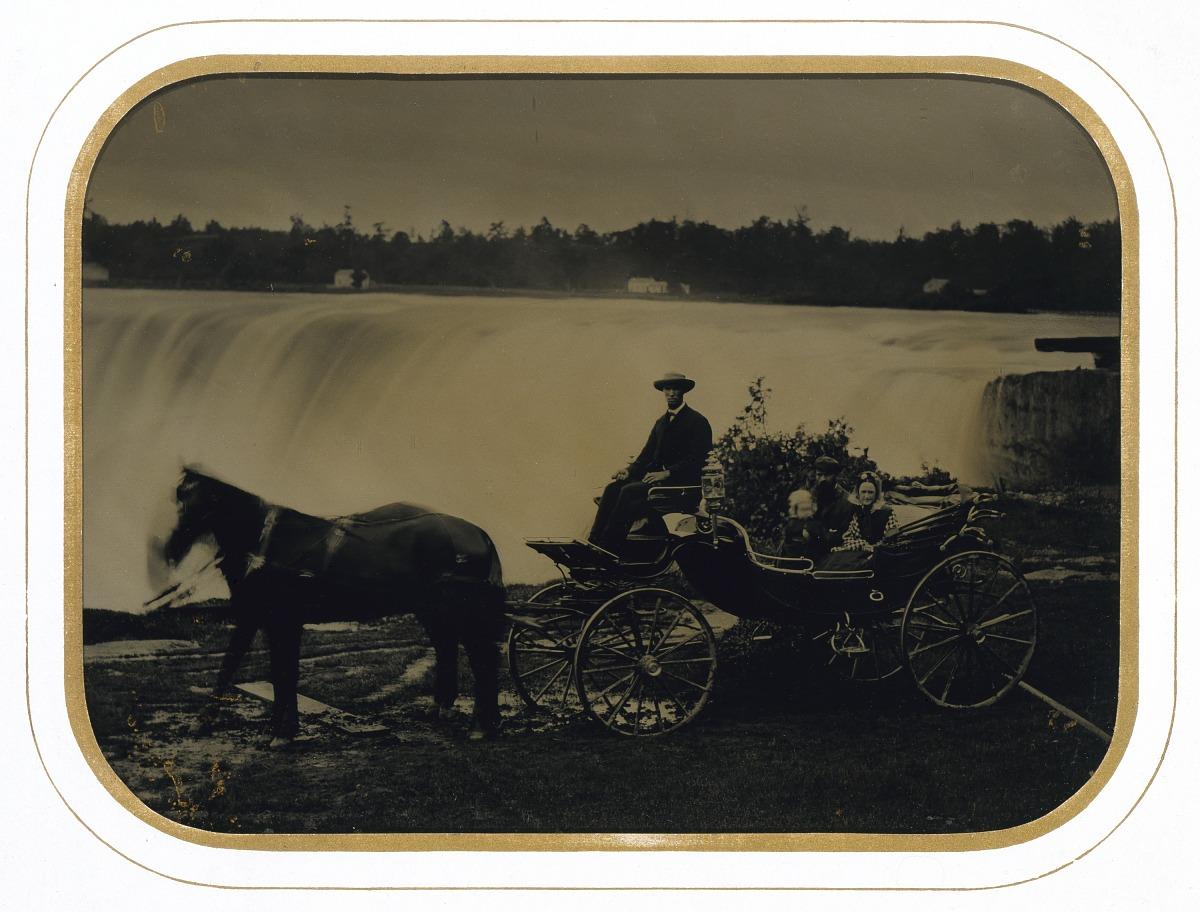 Fotó: Ismeretlen: Család a Niagara vízesésnél, 1865 körül, ambrotípia<br />Smithsonian American Art Museum, Gift of Charles Isaacs