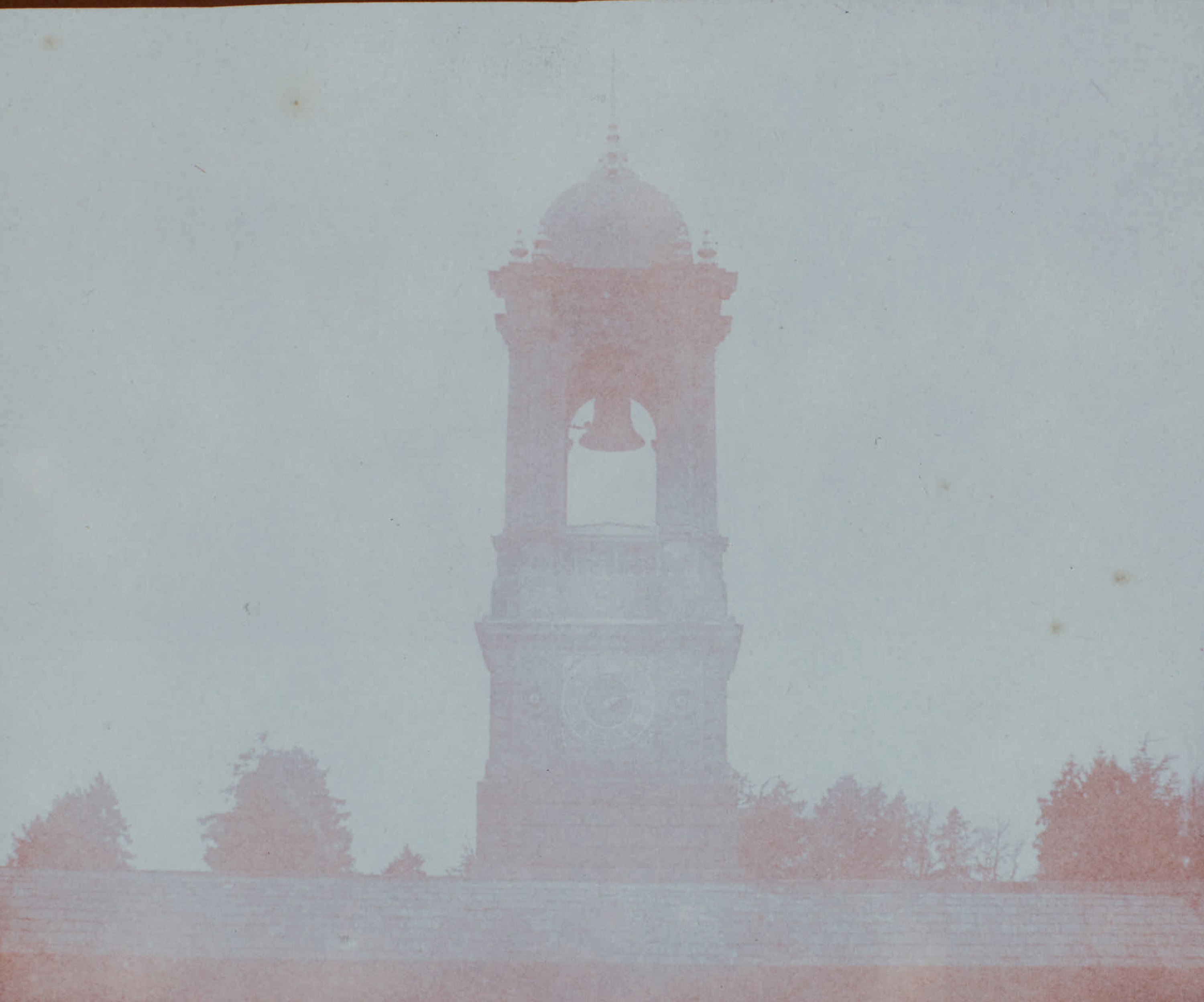 Fotó: William Henry Fox Talbot:<br />Bell tower at Bowood House with clock showing the time at 230 pm, possibly a 5 minute exposure (1842)<br />William Henry Fox Talbot Archive<br />Courtesy of Sotheby's
