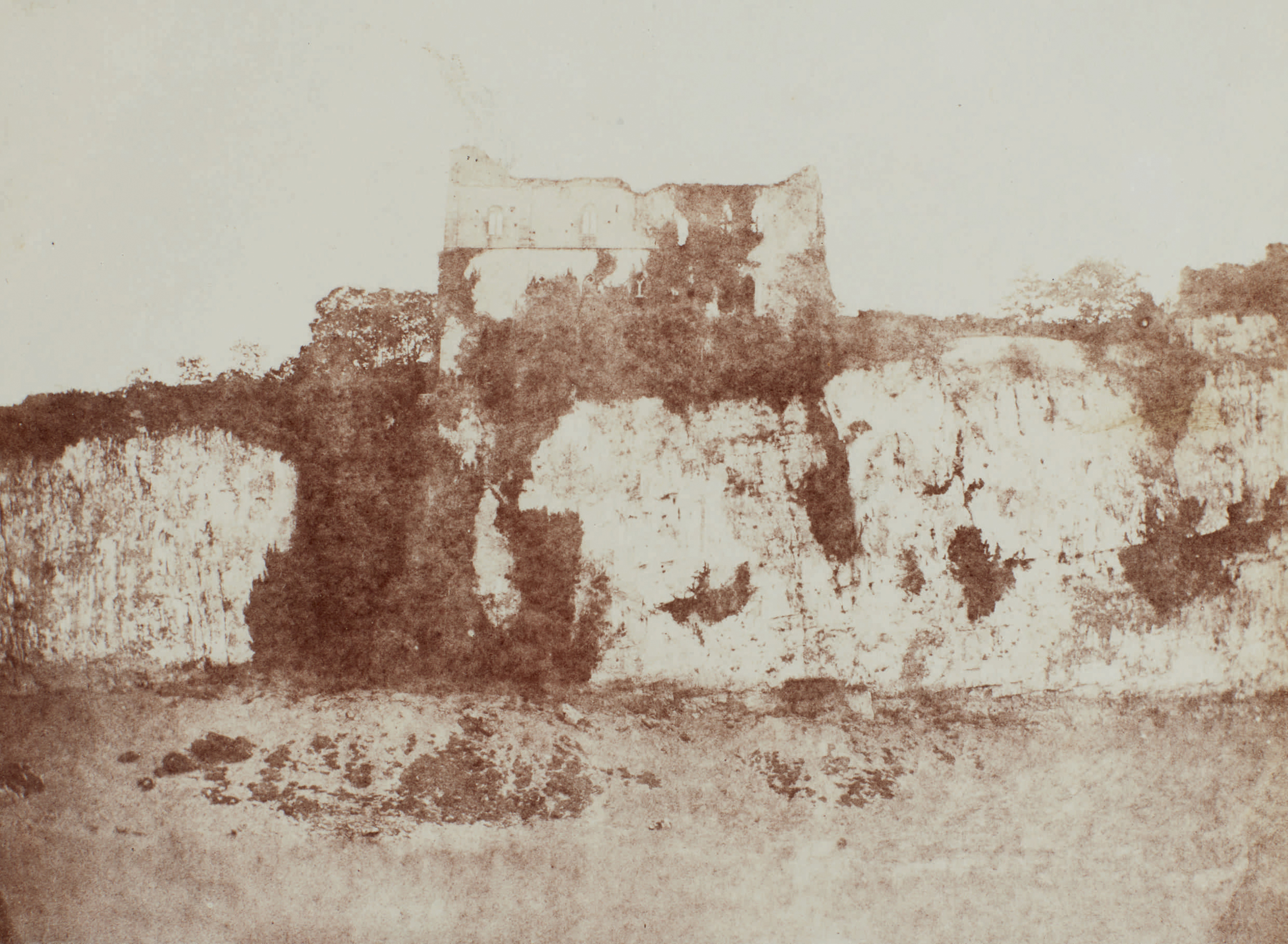 Fotó: William Henry Fox Talbot:<br />Chepstow Castle, Monmouthshire<br />William Henry Fox Talbot Archive<br />Courtesy of Sotheby's
