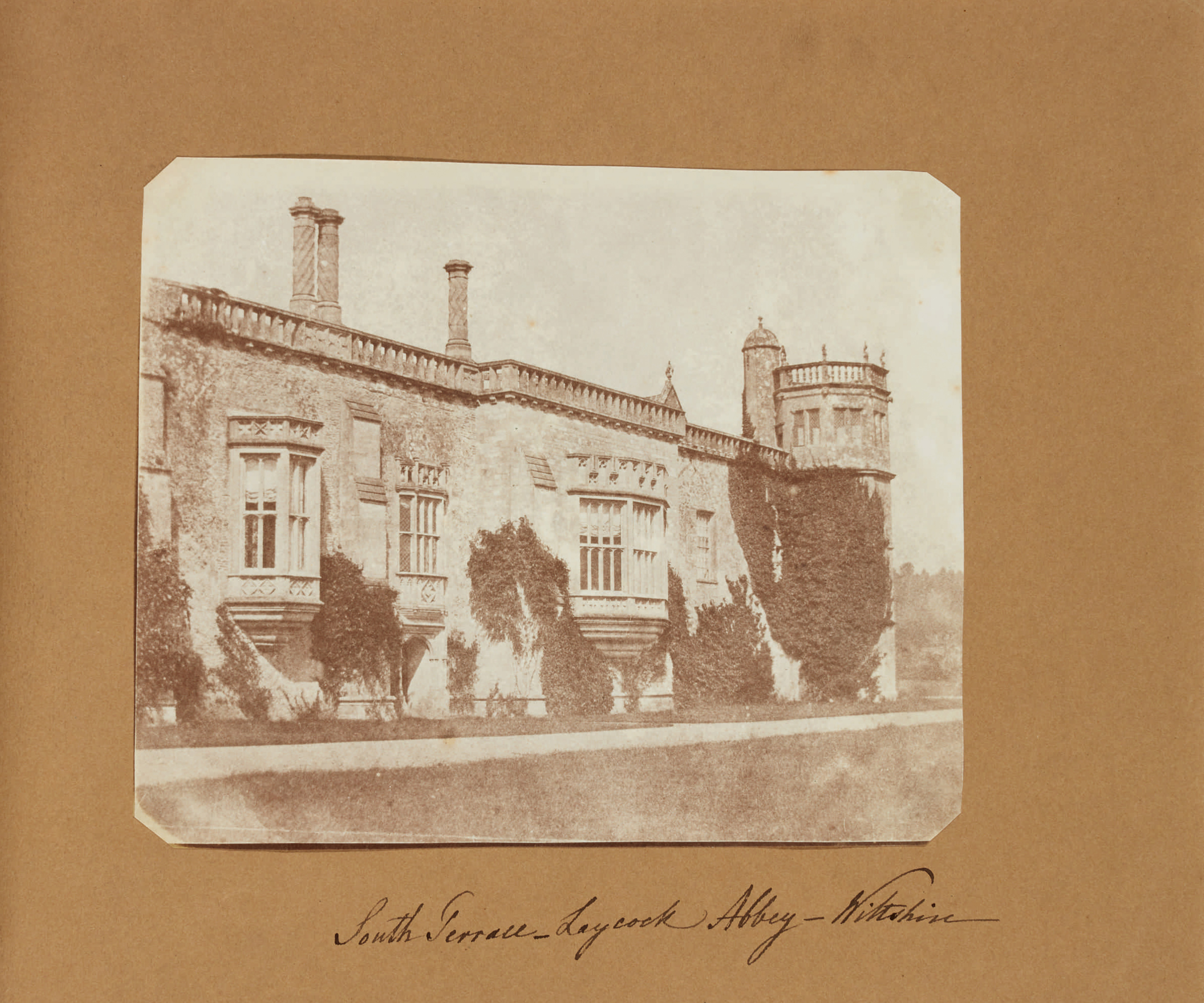 Fotó: William Henry Fox Talbot:<br />South Terrace, Lacock Abbey, Wiltshire<br />William Henry Fox Talbot Archive<br />Courtesy of Sotheby's
