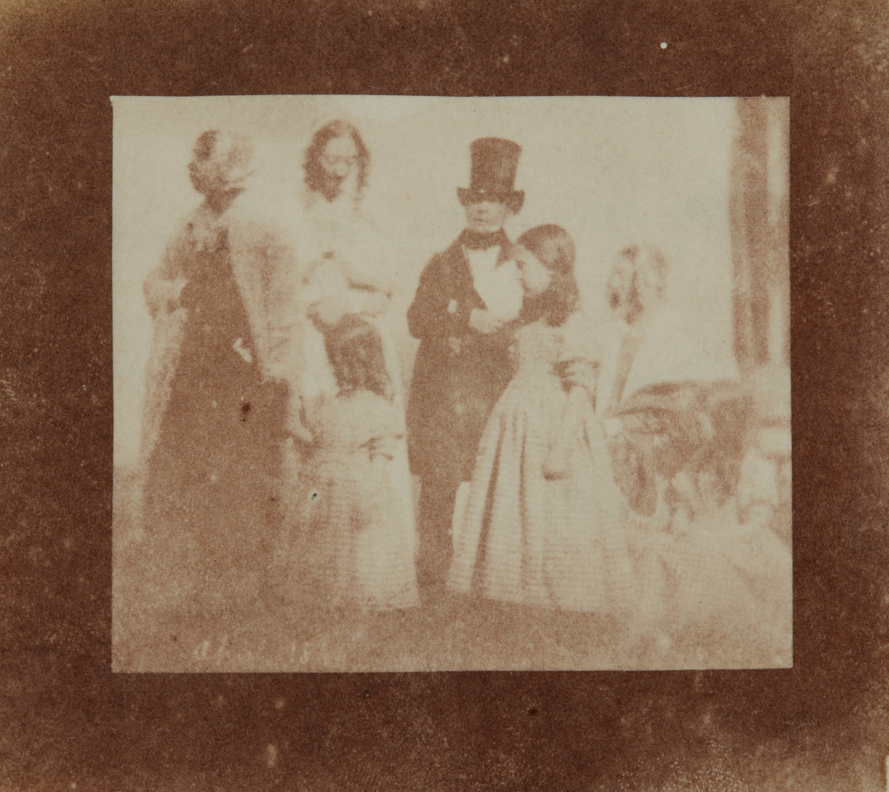 Fotó: William Henry Fox Talbot:<br />Thomas Moore (poet), Horatia Feilding (sister), Ela Theresa Talbot (daughter), Rosamond Constance Talbot (daughter), and Matilda Caroline Talbot (daughter) (1844)<br />William Henry Fox Talbot Archive<br />Courtesy of Sotheby's