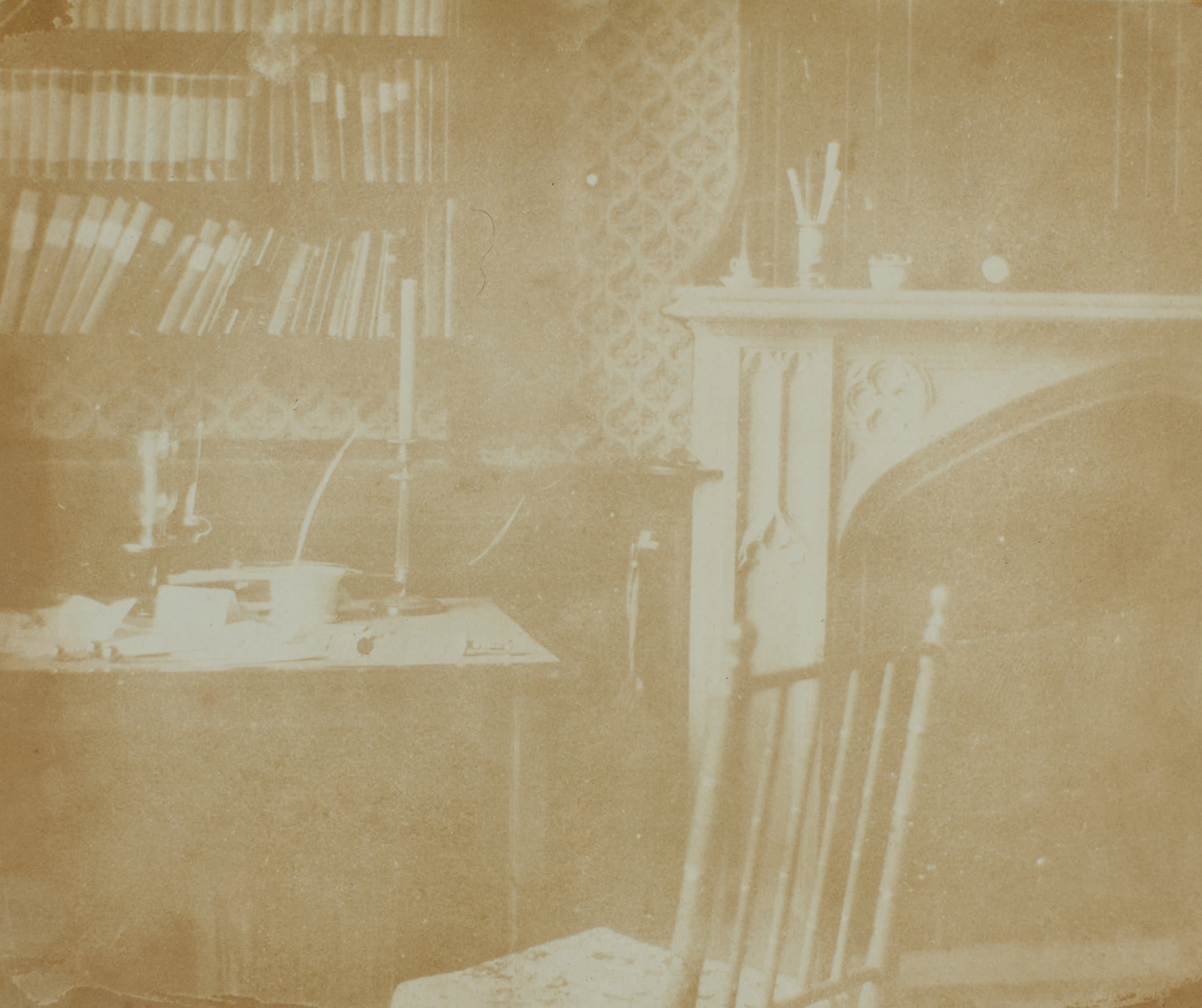 Fotó: William Henry Fox Talbot:<br />Yellow Room at Lacock Abbey (variously titled Talbot's Study and Chimneypiece, South Gallery) (date unknown, possibly 1840)<br />William Henry Fox Talbot Archive<br />Courtesy of Sotheby's