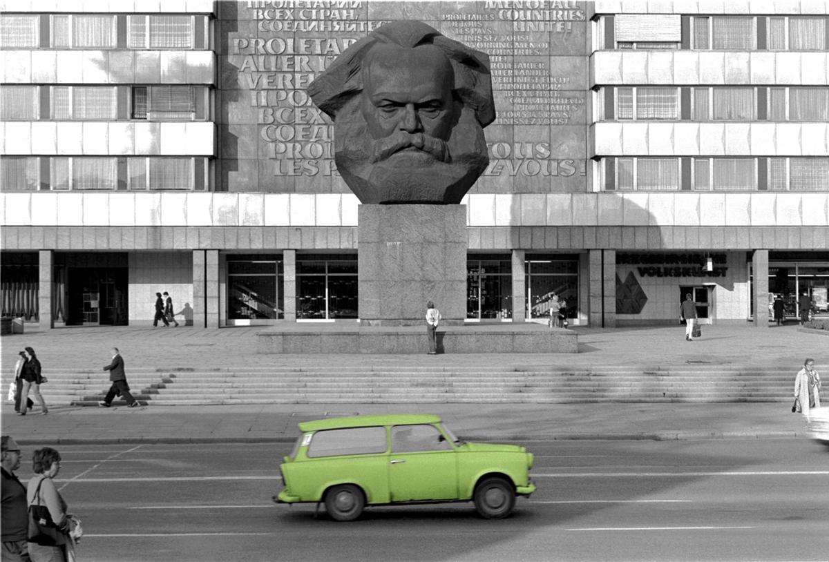 Fotó: Tímár Péter: Élhető szocializmus: Marx és Trabant – Karl Marx Stadt, NDK, 1980 © Tímár Péter