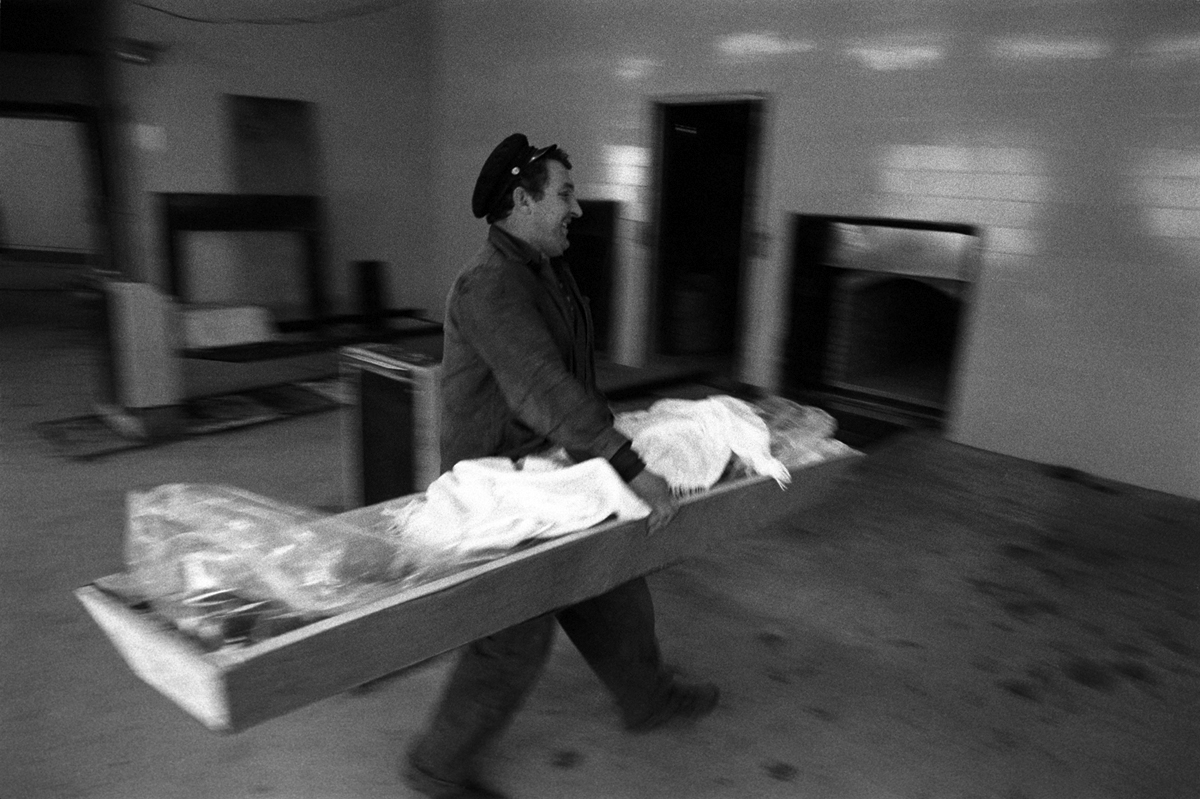 Fotó: Tímár Péter: Gyász / Krematórium (C_499_17) – Budapest, 1981 © Tímár Péter
