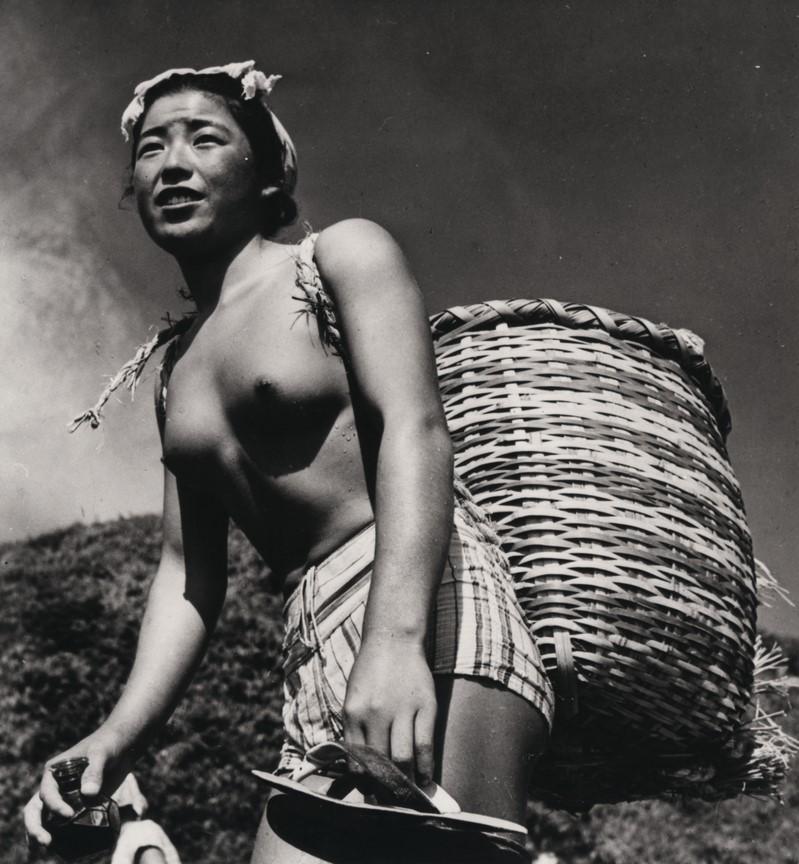 Fotó: Haár Ferenc: Japán fiatalasszony munka után (Japán gyöngyhalász lány) Japán, 1953 © Magyar Fotográfiai Múzeum