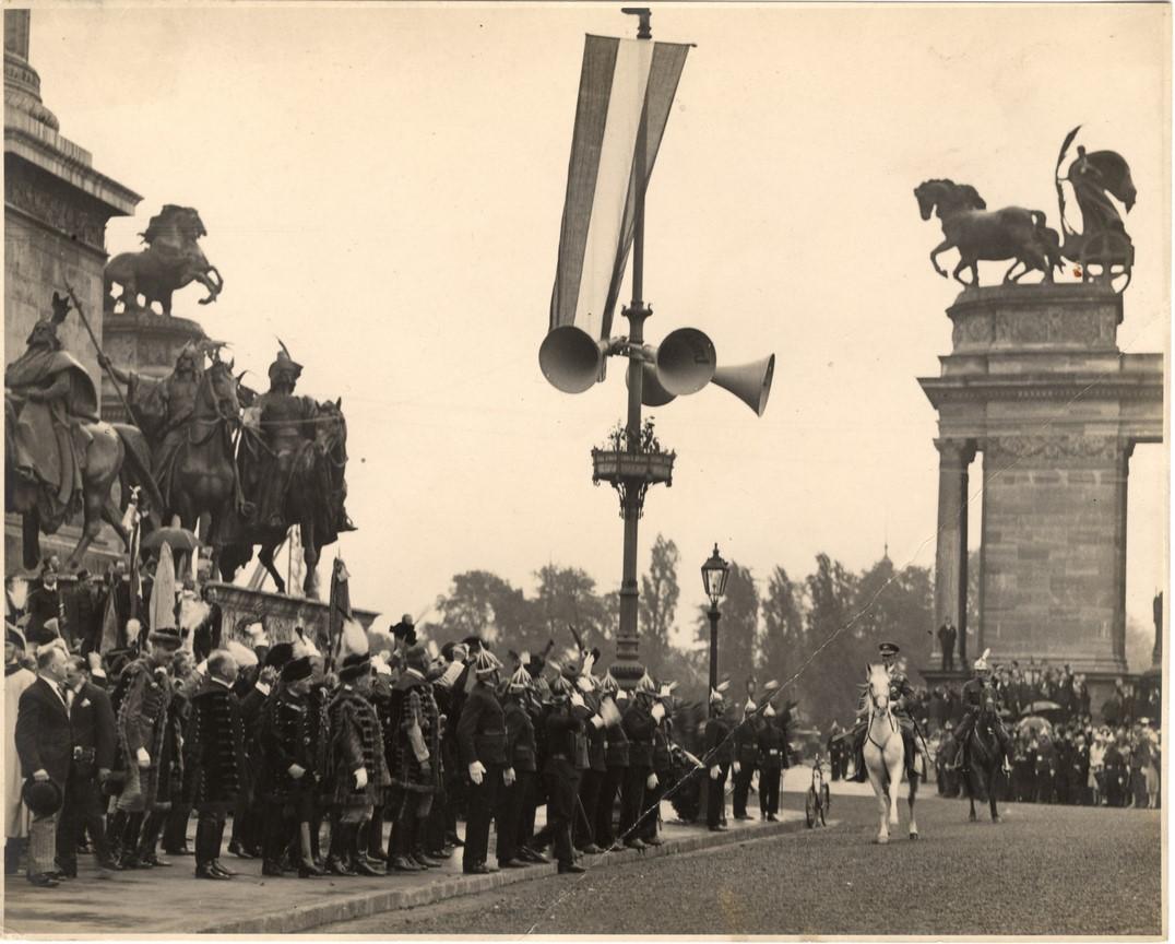 Fotó: Balogh Rudolf: Budapest, Hõsök tere (Horthy Miklós bevonulása), 1919 © Magyar Fotográfiai Múzeum