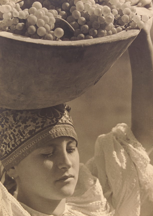 Fotó: Balogh Rudolf: Szüret (Leány szõlõvel), 1935 © Magyar Fotográfiai Múzeum