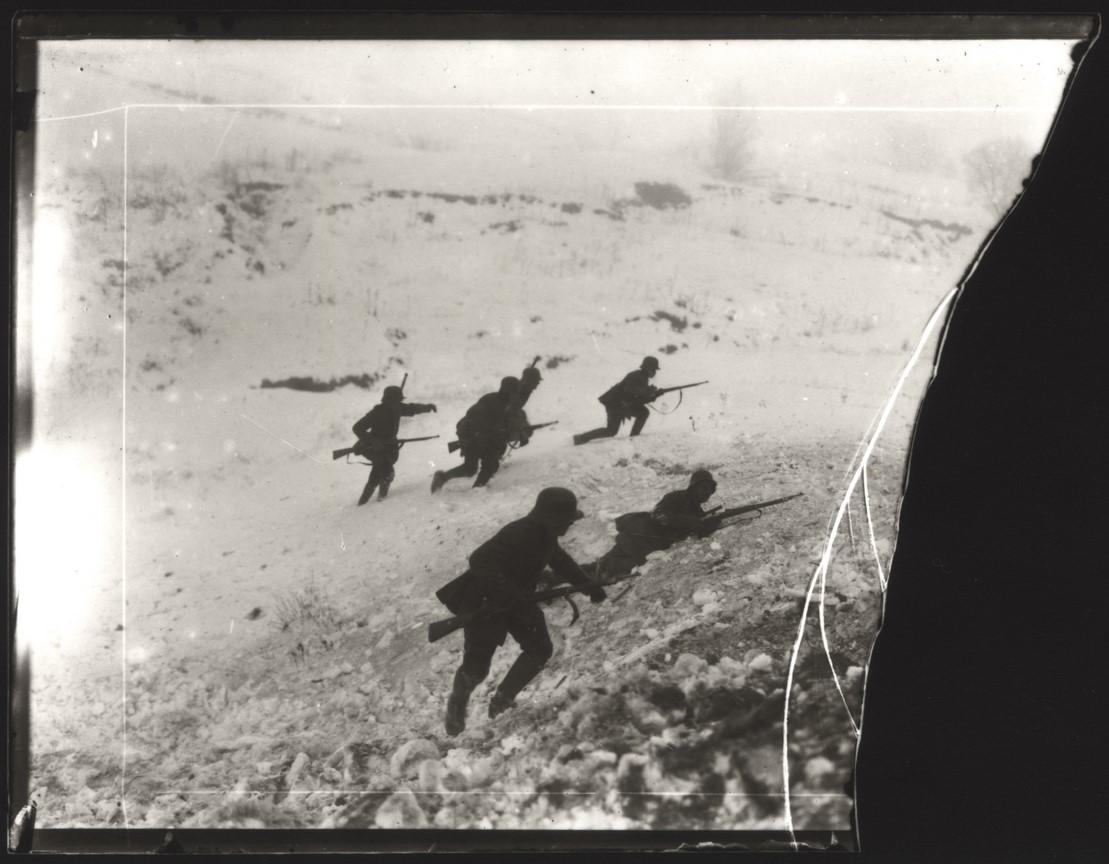 Fotó: Balogh Rudolf: Lövészek támadásra készen, 1917 © Magyar Fotográfiai Múzeum