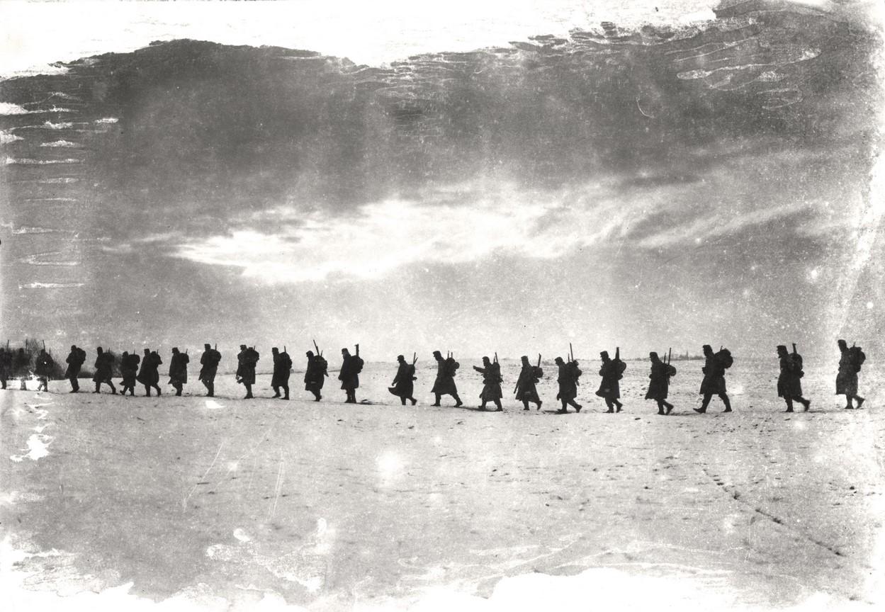 Fotó: Balogh Rudolf: Gyalogosok a hómezõn, 1914 © Magyar Fotográfiai Múzeum
