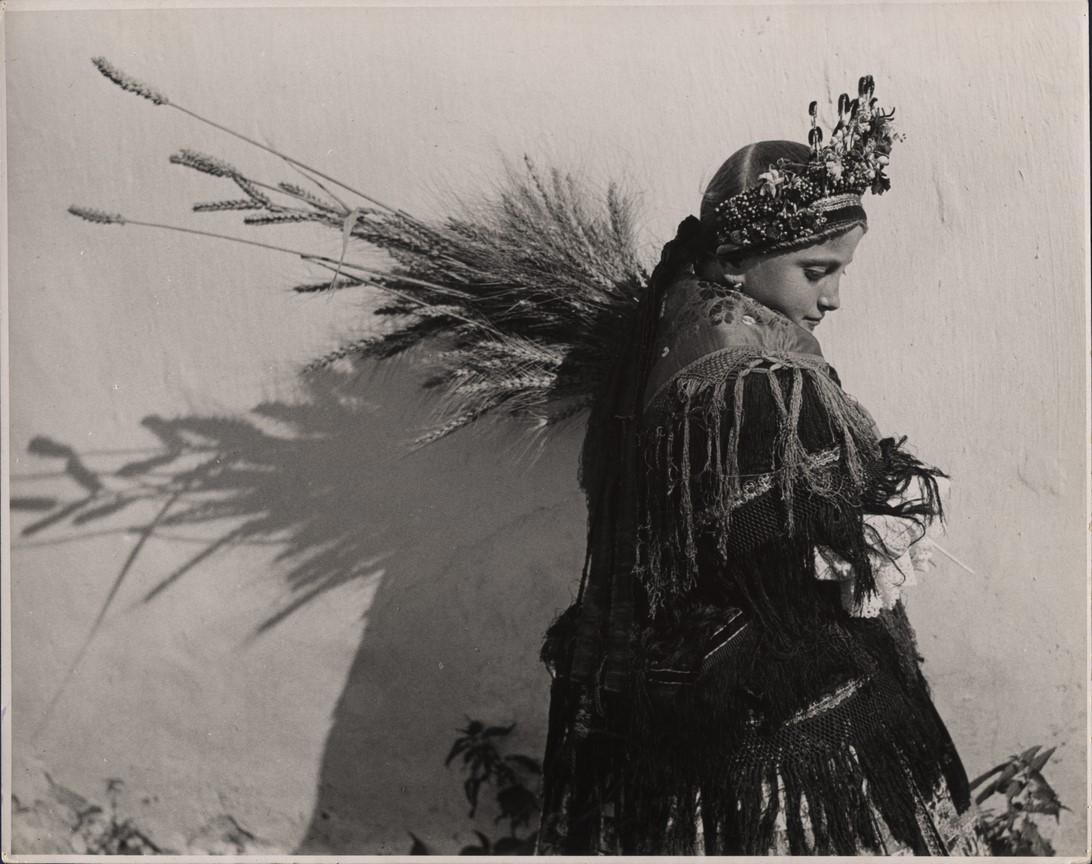 Fotó: Balogh Rudolf: Kislány népviseletben, vállán kalászokkal, Sárköz, Váralja, 1935 © Magyar Fotográfiai Múzeum