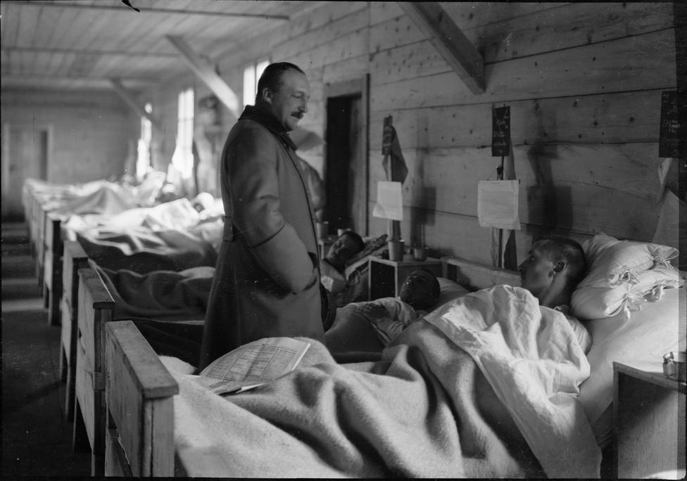 Fotó: Balogh Rudolf: József főherceg látogatása egy hadikórházban, Isonzo vidéke, 1916 © Magyar Fotográfiai Múzeum