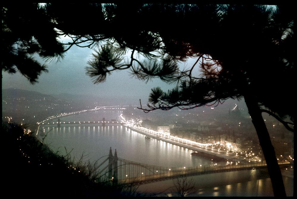 Fotó: Dulovits Jenő: Dunai panoráma a Gellért-hegyről, előtérben az Erzsébet híd<br /><br />(A háborús helyzet miatt a Lánchíd díszkivilágítását már megszüntették. Kisfilmes, Agfacolor fordítós filmre fényképezett dia az 1940-es évek elejéről.)<br /><br />© 2002, Dulovits Jenő jogutódja/Fejér Zoltán gyűjteménye