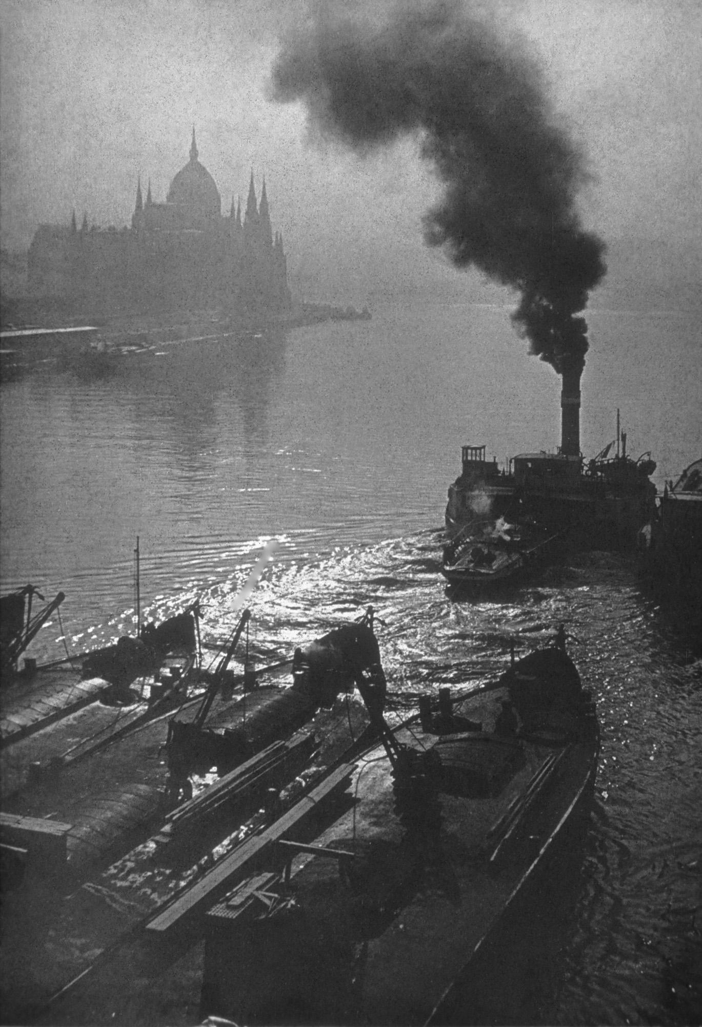 Fotó: Dulovits Jenő: Dunai részlet, háttérben hajók és a Parlament, 1930-as évek eleje © Magyar Fotográfiai Múzeum