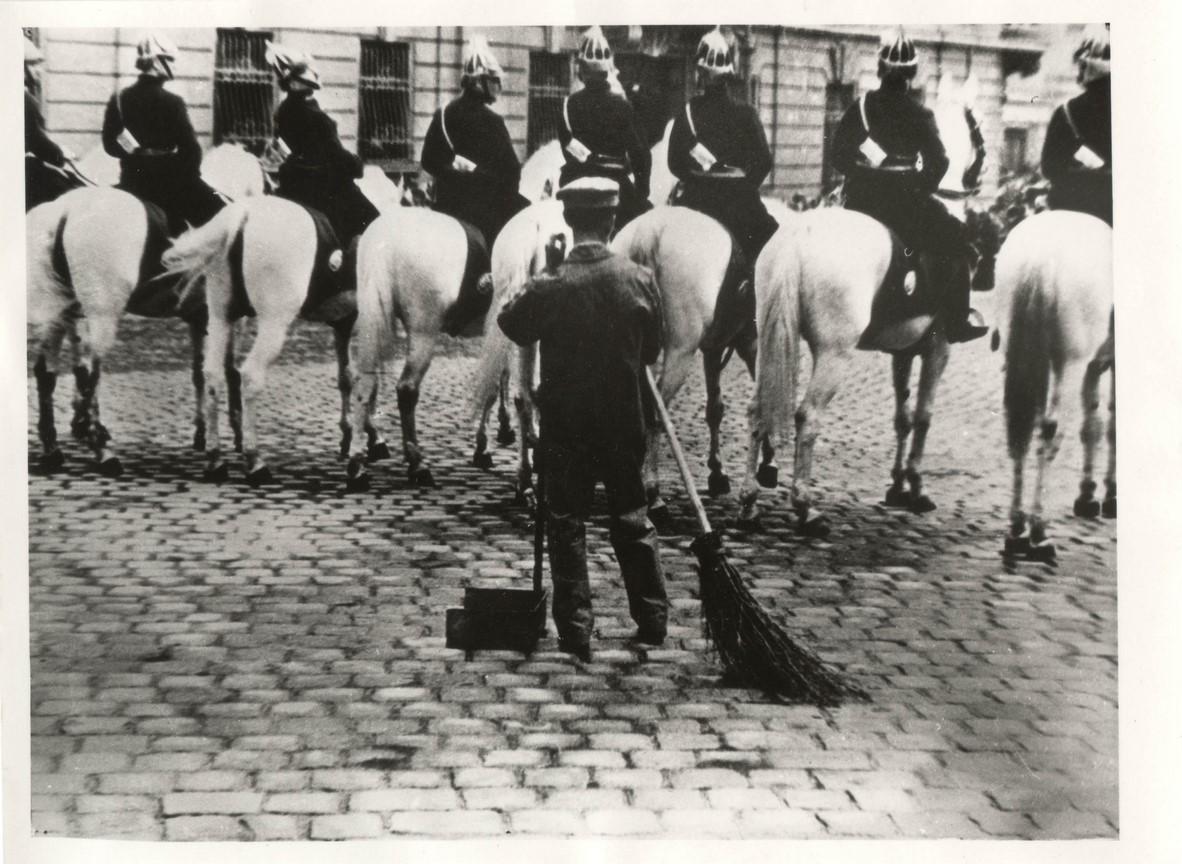 Fotó: Escher Károly: Várakozási állásponton, 1937 <br />HUNGART © 2020<br />A fotót a Magyar Fotográfiai Múzeum gyűjteményében őrzik.