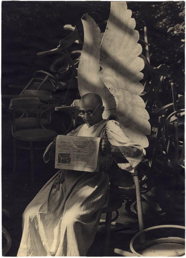 Fotó: Escher Károly: Békeangyal, 1930-as évek <br />HUNGART © 2020<br />A fotót a Magyar Fotográfiai Múzeum gyűjteményében őrzik.
