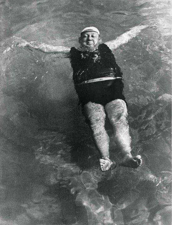 Fotó: Escher Károly: Bankigazgató fürdik, 1938/1964 <br />HUNGART © 2020<br />A fotót a Magyar Fotográfiai Múzeum gyűjteményében őrzik.