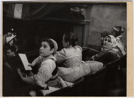 Fotó: Escher Károly: Új közönség az Operában, 1954 <br />HUNGART © 2020<br />A fotót a Magyar Fotográfiai Múzeum gyűjteményében őrzik.