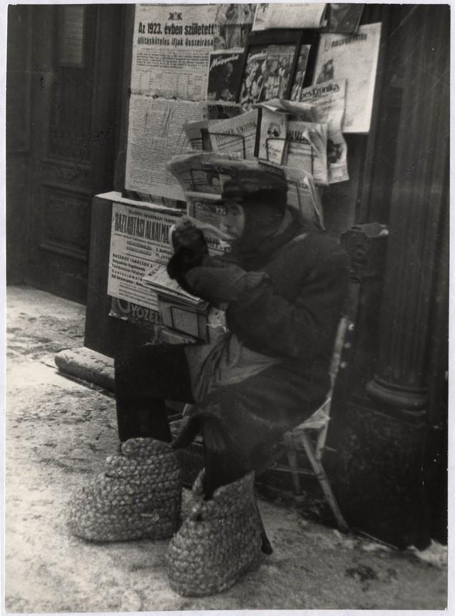 Fotó: Escher Károly: Újságárus, 1930-as évek <br />HUNGART © 2020<br />A fotót a Magyar Fotográfiai Múzeum gyűjteményében őrzik.