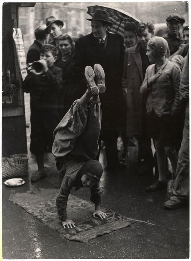 Fotó: Escher Károly: Artisták az utcán, 1930-as évek <br />HUNGART © 2020<br />A fotót a Magyar Fotográfiai Múzeum gyűjteményében őrzik.