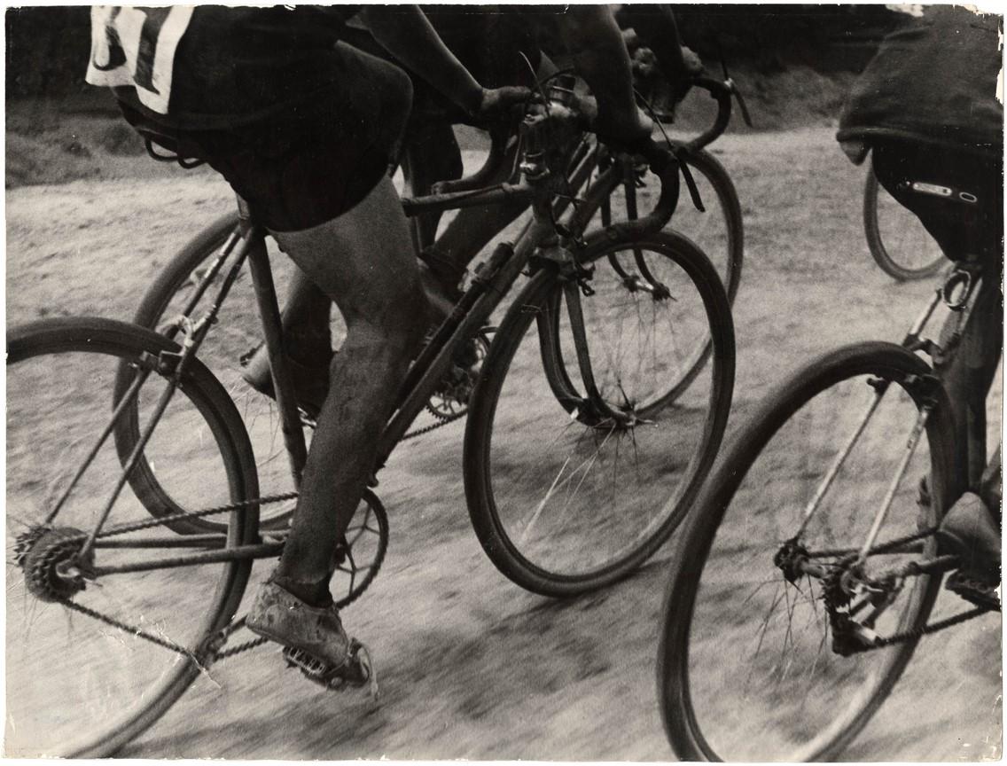 Fotó: Escher Károly: Biciklisek, 1930-as évek <br />HUNGART © 2020<br />A fotót a Magyar Fotográfiai Múzeum gyűjteményében őrzik.