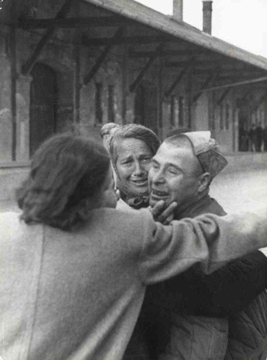 Fotó: Escher Károly: Hazatérés a szovjet hadifogságból, 1947 <br />HUNGART © 2020<br />A fotót a Magyar Fotográfiai Múzeum gyűjteményében őrzik.<br />
