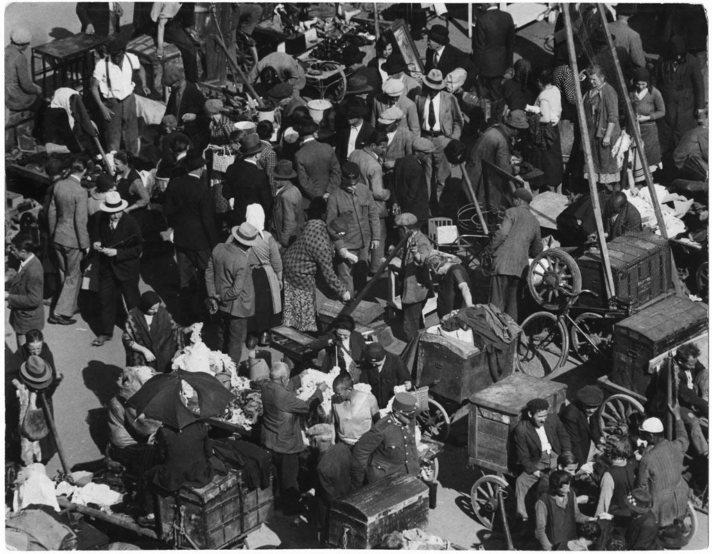 Fotó: Escher Károly: A Teleki téri ócskapiacon 1938 k. <br />HUNGART © 2020<br />A fotót a Magyar Fotográfiai Múzeum gyűjteményében őrzik.