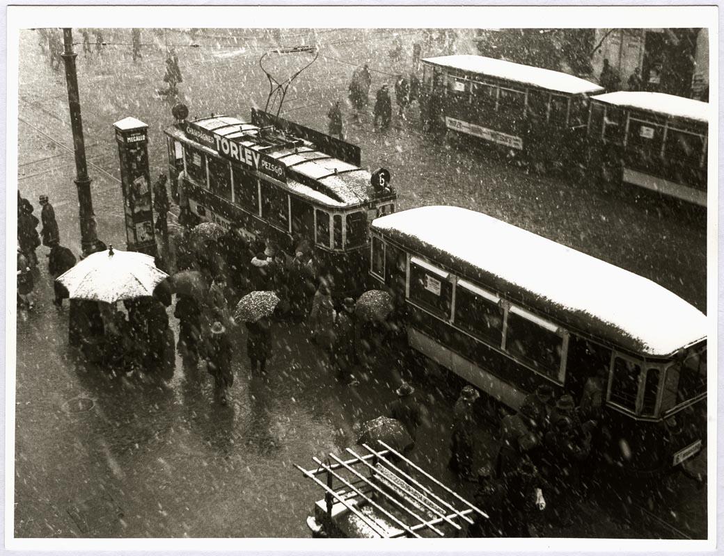 Fotó: Escher Károly: A hatos villamos hóesésben 1937 k. <br />HUNGART © 2020<br />A fotót a Magyar Fotográfiai Múzeum gyűjteményében őrzik.