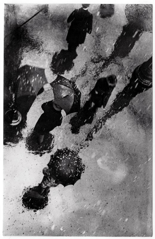 Fotó: Escher Károly: Havas eső, 1928 <br />HUNGART © 2020<br />A fotót a Magyar Fotográfiai Múzeum gyűjteményében őrzik.