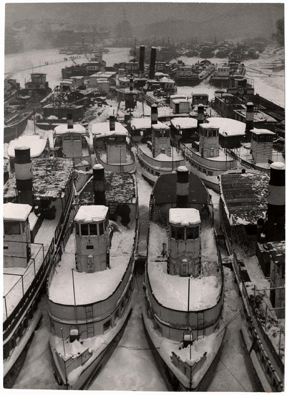 Fotó: Escher Károly: Hajók téli kikötőben 1938 k. <br />HUNGART © 2020<br />A fotót a Magyar Fotográfiai Múzeum gyűjteményében őrzik.