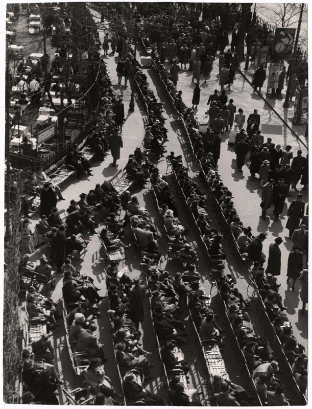 Fotó: Escher Károly: Dunakorzó <br />HUNGART © 2020<br />A fotót a Magyar Fotográfiai Múzeum gyűjteményében őrzik.