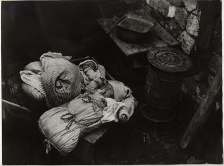 Fotó: Escher Károly: Kültelki nyomortanya, 1932 <br />HUNGART © 2020<br />A fotót a Magyar Fotográfiai Múzeum gyűjteményében őrzik.