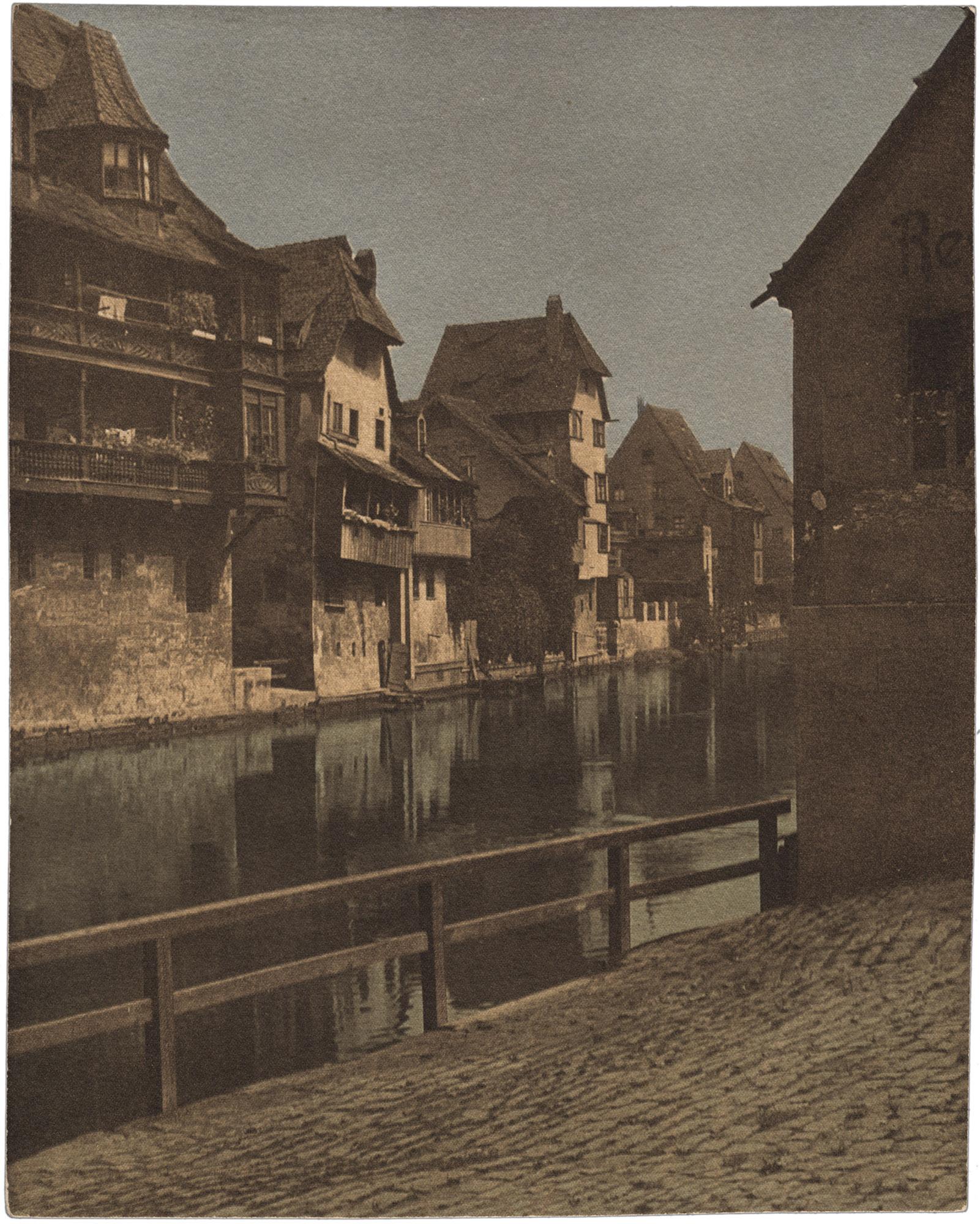 Fotó: Faix Jacques: Vízparti városkép, szines guminyomat, 1910 © Magyar Fotográfiai Múzeum