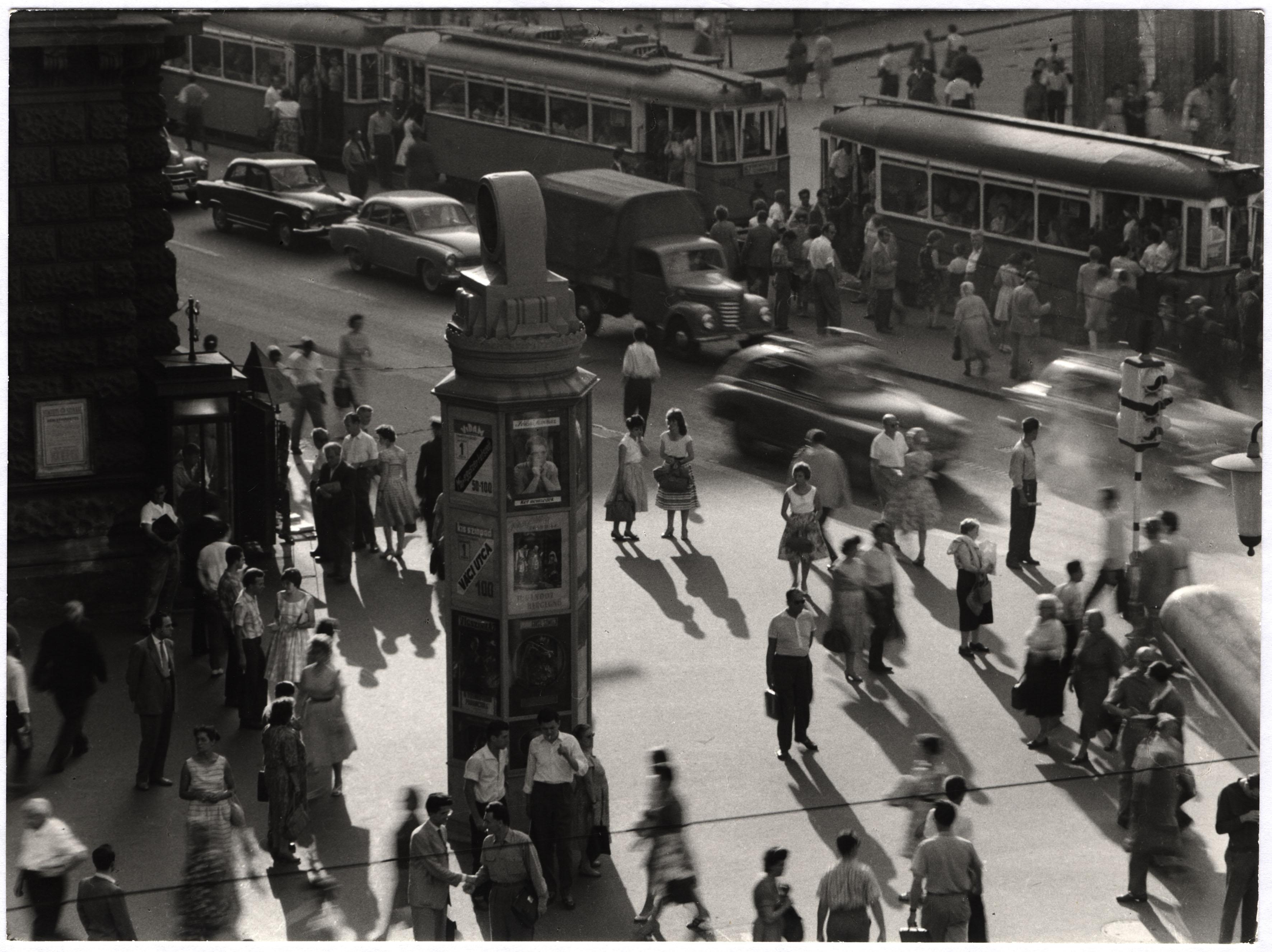 Fotó: Gink Károly: Gyalogosok a Blaha Lujza téren, 1958 © Magyar Fotográfiai Múzeum