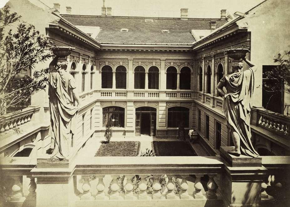 Fotó: Klösz György: Donáti utca 36., a Mechwart-ház udvara. A felvétel 1880-1890 között készült. A kép forrását kérjük így adja meg: Fortepan / Budapest Főváros Levéltára. Levéltári jelzet: HU.BFL.XV.19.d.1.05.134