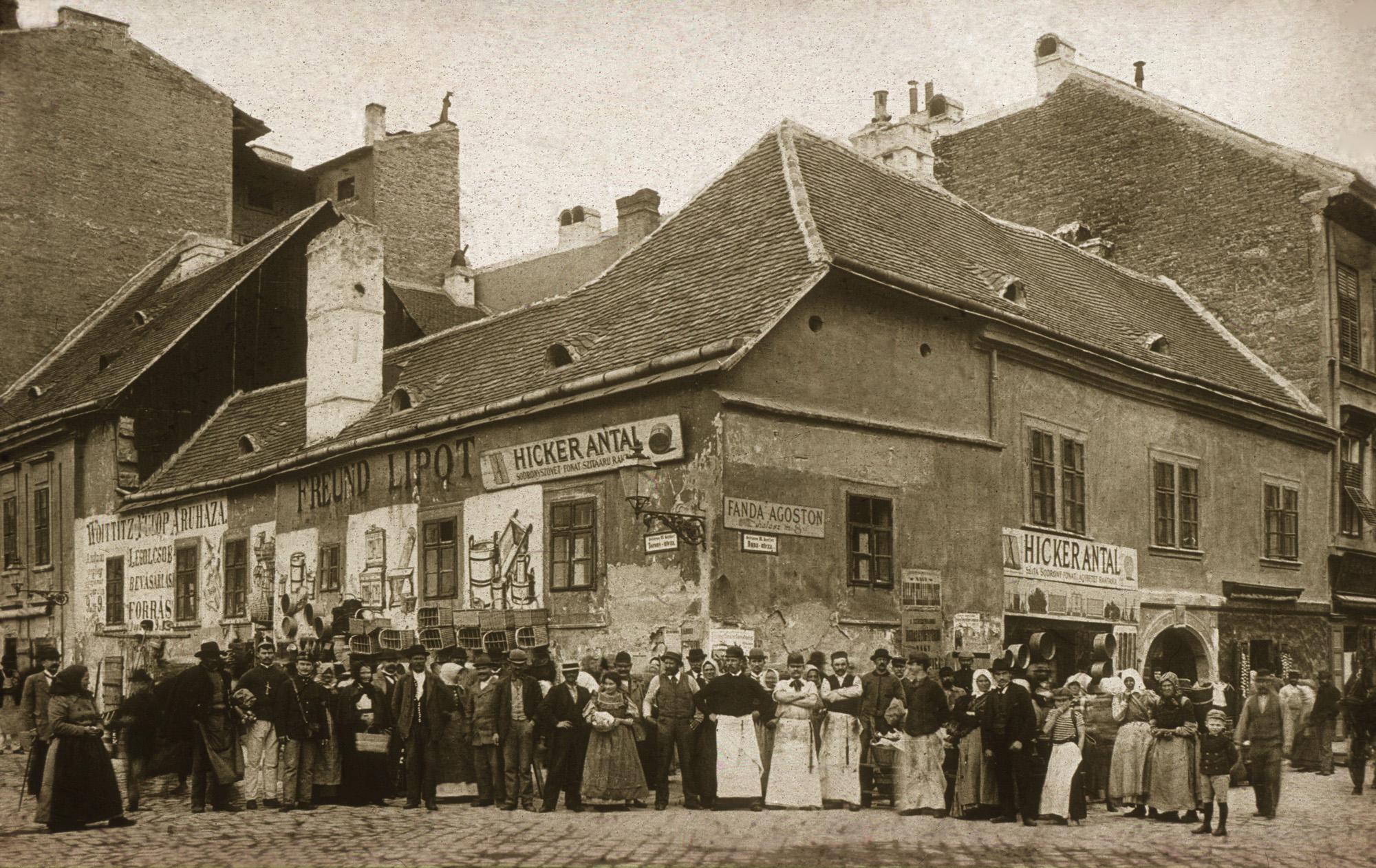 Fotó: Klösz György: Torony u. és Duna u. sarok, 1895 (Kisképző Digitális Fotótár)