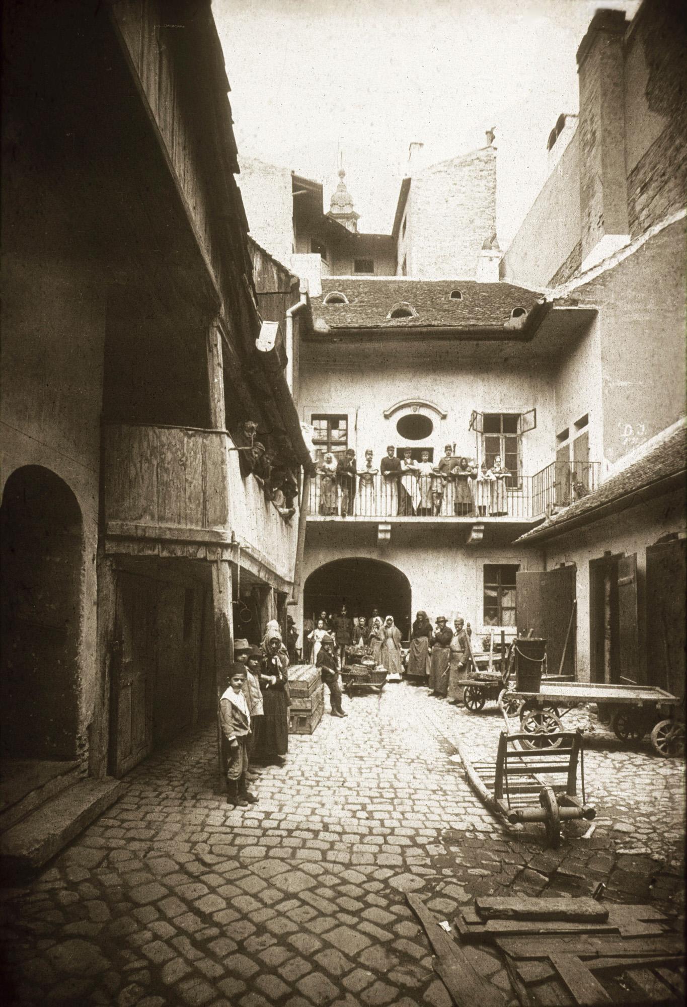 Fotó: Klösz György: Udvar a belvárosban, Torony u. és Duna u. sarok, 1890 körül (Kisképző Digitális Fotótár)