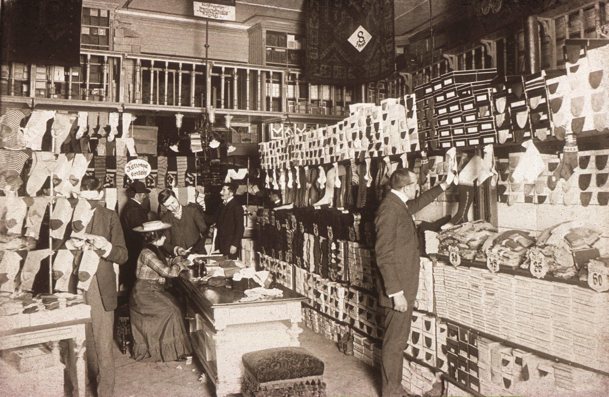 Fotó: Klösz György: A Párizsi áruházban, 1900 körül (Kisképző Digitális Fotótár)