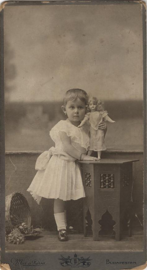 Fotó: Mai Manó: Kislány babával, 1902 © Magyar Fotográfiai Múzeum