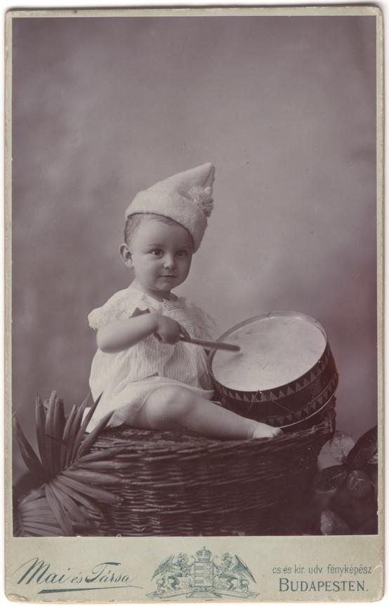 Fotó: Mai Manó: Kisfiú dobbal, 1900 © Magyar Fotográfiai Múzeum