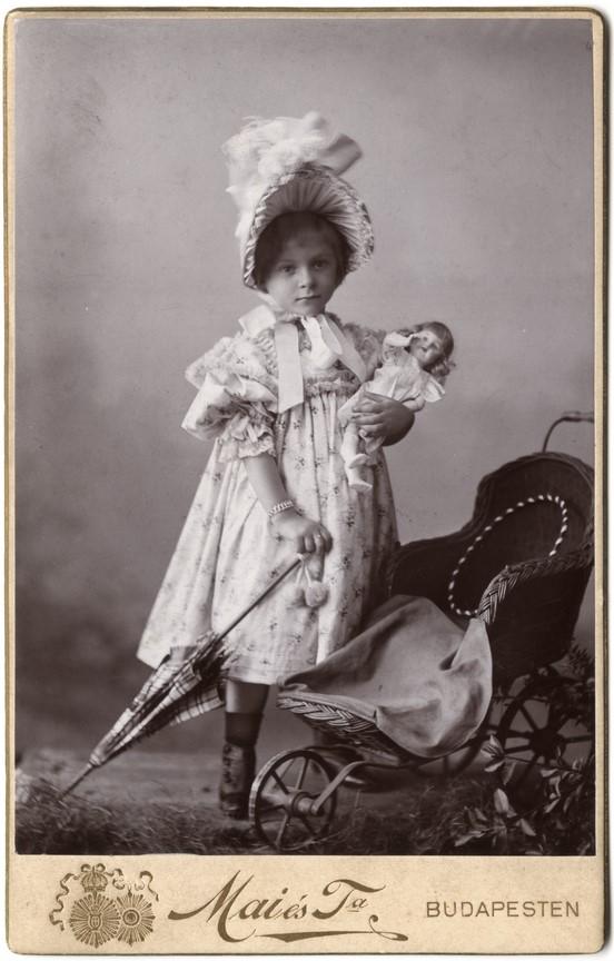Fotó: Mai Manó: Kislány babakocsival és babával, 1900 © Magyar Fotográfiai Múzeum