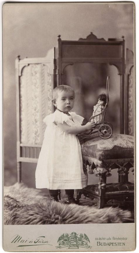 Fotó: Mai Manó: 'Böske két éves, 1900. november 12. © Magyar Fotográfiai Múzeum