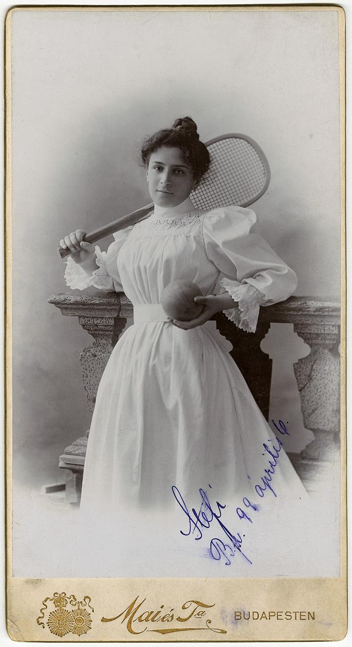 Fotó: Mai Manó: 'Emlékül: Az én aranyos kis barátnőmnek Erzsinek. Stefi. 1899. április 6.' © FSZEK Budapest Gyűjtemény, Fotótár