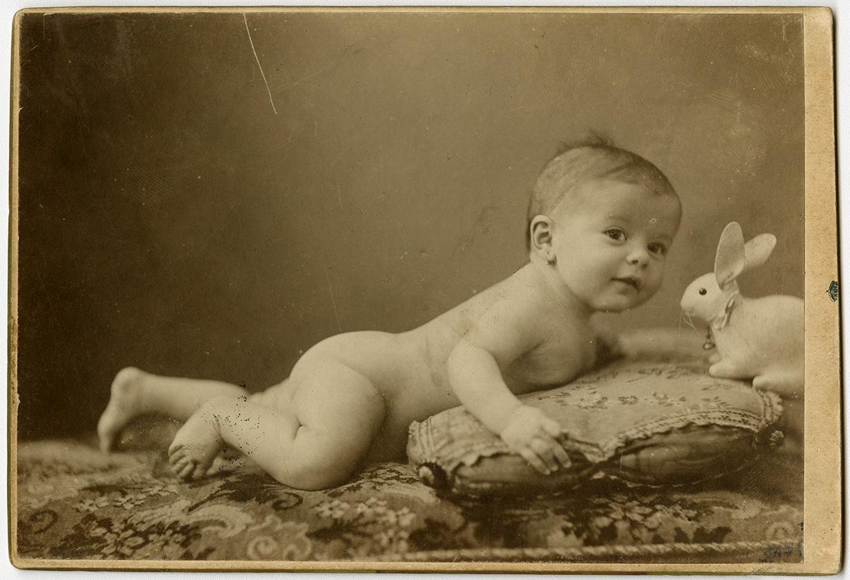 Fotó: Mai Manó: Meztelen csecsemő műnyúllal, 1895 k. © FSZEK Budapest Gyűjtemény, Fotótár