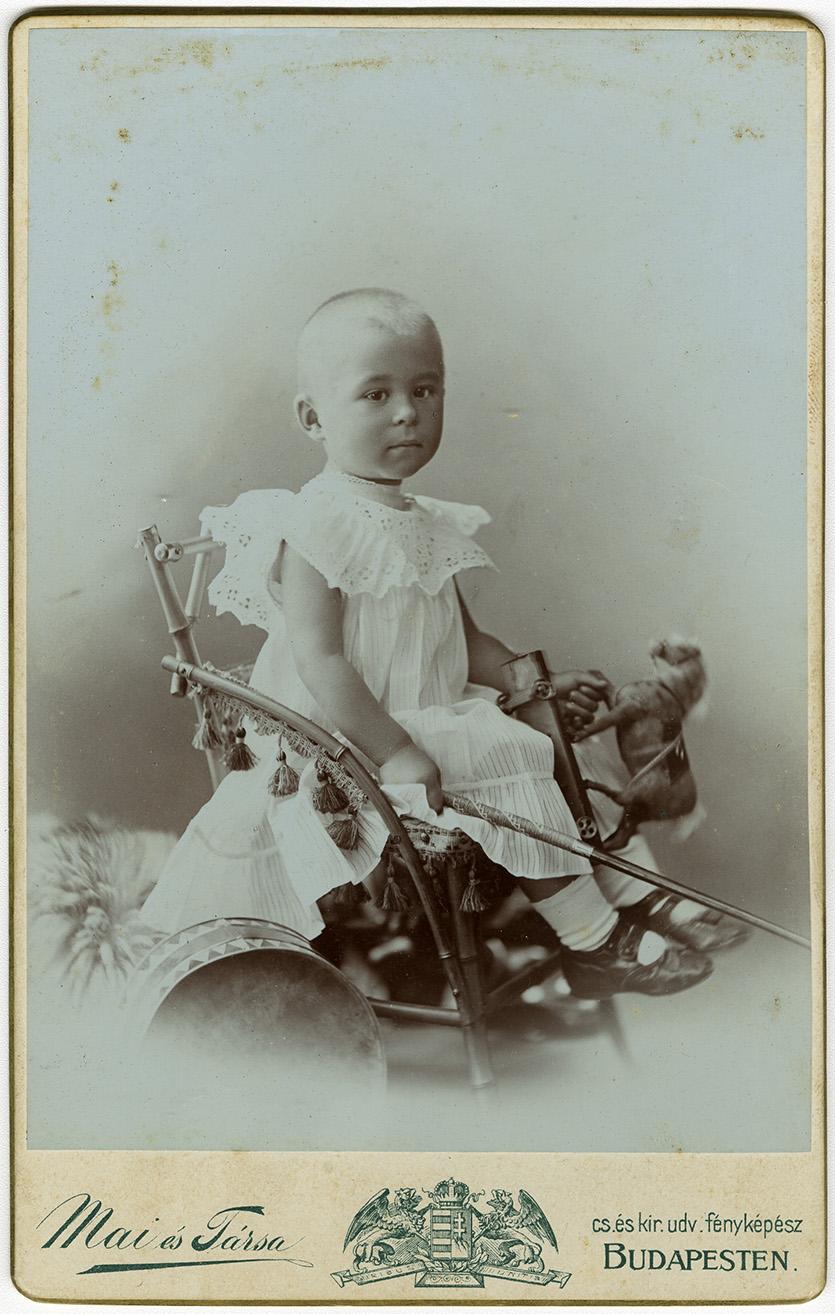 Fotó: Mai Manó: 'Irma néninek emlékül, Kukika, 1904. május 5.' © FSZEK Budapest Gyűjtemény, Fotótár